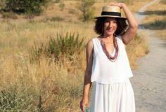 Vestido blanco griego (SS16 de Mango), alpargatas y clutch de Zara de otras temporadas y canotier de Lucía Be.