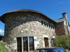 Casa de piedra y con el tejado de paja natural. En O Cebreiro  (Lugo)