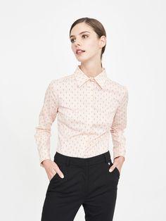 Klasyczna koszula w kolorze różowym. Ozdobionamałymi literami