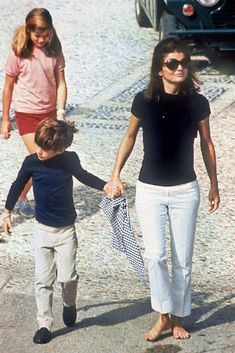 Jackie Kennedy was such a style icon that her name became a code word for a complete lifestyle. When Jackie became First Lady, the public be. Jacqueline Kennedy Onassis, Estilo Jackie Kennedy, Les Kennedy, Jaqueline Kennedy, Carolyn Bessette Kennedy, John Kennedy, Jackie O's, Caroline Kennedy, Denim Fashion