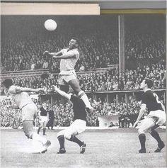 Pelé, mostrando seu talento em algum campo do planeta bola.