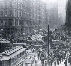 Chicago rush hour, Proof that traffic sucks no matter what era you're in. At least in today's traffic we have smartphones and the Internet! Comments suggest this is the intersection of Dearborn and Randolph in downtown Chicago. Old Pictures, Old Photos, Vintage Pictures, Vintage Images, New York City, Photographie New York, Chicago Photos, Vintage New York, Chicago Illinois