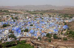 Indien er landet, hvor man den ene dag kan overvældes af storbyernes ubeskrivelige sammensurium af menneskemasser for den næste dag at befinde sig i den store ensomhed i Rajasthans mægtige ørken Thar. I Rajasthan bevæger man sig hurtigt fra snævre gyder i tætbefolkede kvarterer til overdådige luftige paladser og smukke havelier.