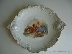 Antigua fuente o plato de porcelana con puntillas -rocalla y escenas románticas