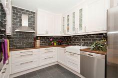 Pen 3 roms leilighet med innglasset altan. Meget flott kjøkken. Sentralvarme, varmtvann, kabel-tv inkl. | StorBergen