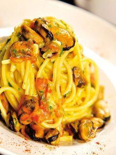 Spaghetti Carbonara with mussels - Procuratevi cozze fresche e di prima scelta e i vostri Spaghetti alla carbonara di cozze spopoleranno! Attenzione: siate pronti al bis, o al tris! #spaghetticarbonaracozze