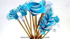 Flores azules reciclando una caja de cartón de Lamasbonita