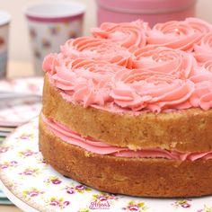 Receta de torta - tarta - pastel de vainilla suave, esponjoso y fácil!!, además la receta que dan de crema de mantequilla es perfecta y a prueba de todo! Del blog www.annaspasteleria.com - Vanilla cake with buttercream frosting roses, perfect!!