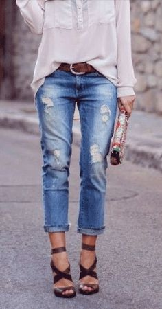 Cropped distressed denim + strappy heels / boho and classic style / boyfriend jeans / casual chic fun Mode Outfits, Casual Outfits, Fashion Outfits, Spring Summer Fashion, Autumn Fashion, Summer 2015, Looks Jeans, Mode Jeans, Look Boho