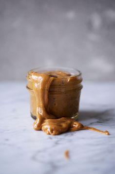 Caramel salé : maple/rice syrup, coco oil, nut butter, vanilla, salt. Bring to a… Cafe Gelato, Peanut Butter Jar, Almond Butter, Salted Caramel Frosting, Vegan Caramel, Diy Ice Cream, Healthy Ice Cream, Beautiful Desserts, Cream Cake