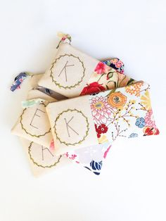 If you love all things vintage, these marvelous clutches from MamaBleuDesigns will be perfect for your wedding. Bridesmaid Gifts From Bride, Bridesmaid Clutches, Wedding Gifts For Couples, Unique Wedding Gifts, Handmade Wedding, Fabric Crafts, Sewing Crafts, Sewing Projects, Birthday Gifts For Best Friend