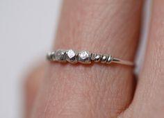 Unos acentos sutiles de plata le darán un toque clásico a tus dedos. | 22 Anillos minimalistas que querrás comprar ahora mismo