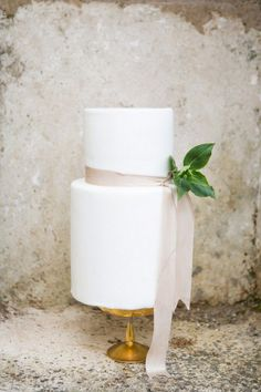 Lunchtime Wedding Treat - Sometimes less is more, do you agree? I adore this small, simple, elegant wedding cake.   Picture by Anneli Marinovich Photography Wedding Cake by Belmond Hotel Caruso