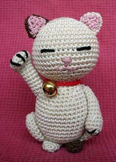 "Crochet Dolls Patterns Amigurumi Asian Cat ""Maneki Neko"" - FREE Crochet Pattern / Tutorial (scroll down for pattern in English) Gato Crochet, Crochet Amigurumi, Love Crochet, Amigurumi Patterns, Amigurumi Doll, Crochet Dolls, Crochet Baby, Crochet Patterns, Crochet Granny"