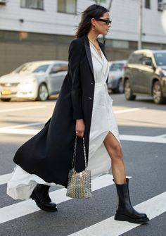 7 Street Style Trends From the Fall 2020 Season We Can't Wait to Try - - From shearling coats to enormous bags, these were the top street style trends spotted outside the Fall 2020 shows in New York, London, Milan and Paris. Street Style Outfits, Top Street Style, New York Street Style, Street Style Trends, Mode Outfits, Street Chic, Paris Street, Fashion Outfits, Summer Street Styles