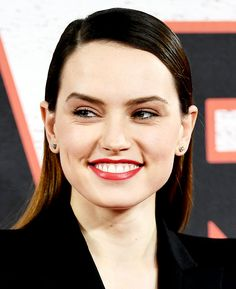 "reyrose: ""Daisy Ridley attends the 'Star Wars: The Last Jedi' Photocall, in London. English Actresses, British Actresses, Hot Actresses, Daisy Ridley Star Wars, Star Wars Sequel Trilogy, Star Wars Light, Rey Star Wars, Flawless Beauty, Carrie Fisher"
