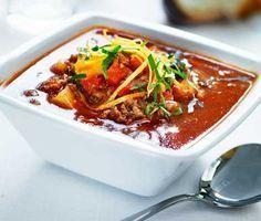 Himmelsk gulaschsoppa med köttfärs, potatis och krossade tomater. Krydda köttfärsgulaschen med kummin och servera med baguetter och färskost. En värmande soppa att servera en kall och blåsig höstdag.