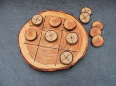 Natural Rustic Wooden Tic Tac Toe or Noughts and Crosses Game. Wood Slice Crafts, Wood Burning Crafts, Wood Burning Art, Wooden Crafts, Diy And Crafts, Woodworking Furniture, Woodworking Projects, Diy Holz, Tic Tac Toe