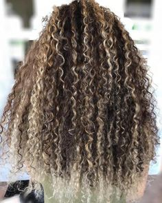 pintura highlights - Google Search Dyed Curly Hair, Brown Curly Hair, Colored Curly Hair, Light Brown Hair, Curly Hair Styles, Natural Hair Styles, Blonde Highlights Curly Hair, Balayage Hair Blonde, Brown Hair With Highlights