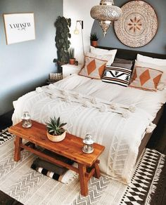 Crisp and brilliant this boho idea will make you feel upbeat each time you are home. The grey dividers with white exclusive bed covering make certain comfort and grace in your bedroom at the same time Bohemian Bedroom Decor, Boho Room, Bohemian Bedding, Woodsy Bedroom, Southwestern Bedroom Decor, Hippie House Decor, Vintage Bedroom Decor, Boho Decor, Diy Bedroom Decor