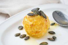 Das Kürbisknödel - Rezept kann pikant oder süß verspeist werden. Austrian Recipes, Baked Potato, Nom Nom, Healthy Lifestyle, Food And Drink, Pudding, Pumpkin, Pasta, Lunch