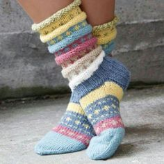 Norwegian knitting idea for pretty socks Tutti Frutti sokken. Norwegian knitting idea for pretty socks - Knitting 2019 trend Crochet Socks, Knitting Socks, Hand Knitting, Knitting Patterns, Knit Crochet, Crochet Patterns, Vogue Knitting, Knitted Gloves, Knitted Bags