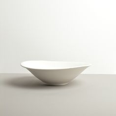 The design of this large white bowl with irregular shape from the Modern collection is so unique and beautiful 😍 White Bowl, Large Bowl, Large White, Serving Bowls, Decorative Bowls, Shapes, Tableware, Kitchen, Modern