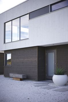 #urbanhus #sort #kledning #hvit #vinduer #hageplanter #bygge #bolig #arkitekt Facade Design, Architecture Design, Exterior Cladding, Floor Finishes, Home Projects, New Homes, Flooring, Landscape, Ceilings
