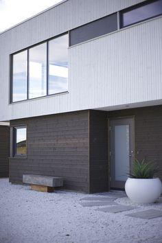 #urbanhus #sort #kledning #hvit #vinduer #hageplanter #bygge #bolig #arkitekt