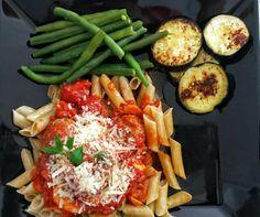 Penne integral sem glúten  (a base de milho e chia) + molho de tomates pelados com almôndegas e queijo parmesão + beringela grelhada na manteiga + salada de vagem manteiga. Sábado merece.