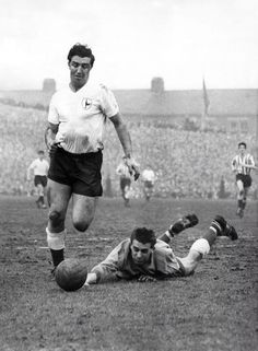 Sheffield W 1 Tottenham 2 in April 1961 at Hillsborough. Bobby Smith goes past Ron Springett to score for Spurs in the Division clash. School Football, Football Soccer, Tottenham Hotspur Players, Bristol Rovers, Spurs Fans, Soccer World, Football Program, North London, 2 In