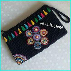 Most of the most popular bags do not meet a certain aesthetics this season. Crochet Bag Tutorials, Crochet Flower Tutorial, Crochet Crafts, Crochet Handbags, Crochet Purses, Crochet Bags, Hand Knitting, Knitting Patterns, Crochet Wallet