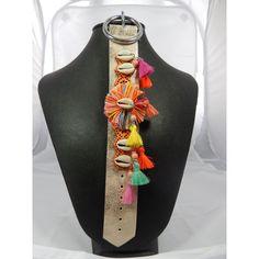 Bracelet ethnique coquillages et pompons.  Longueur: 23 cm.