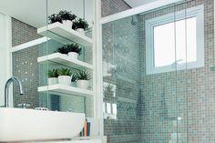 Nem o branco nem o tamanho limitaram a distribuição de nichos e acabamentos neste banheiro pequeno, de 2,78 m². Para a bancada (70 x 45 cm) de mármore branco especial, marcenaria de MDF revestida de laminado melamínico (70 x 22 cm), assim como o gabinete abaixo (70 x 37 cm).