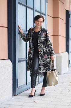 Zara Blusenkleid mit Kunstleder Leggings und Statement Ohrringen