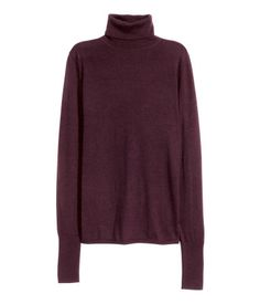 PREMIUM QUALITY. Fine-knit turtleneck sweater in a soft cashmere and wool blend. Long sleeves and wide ribbing at cuffs and hem.