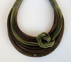 Verde oliva y marrón fibra declaración collar por superlittlecute