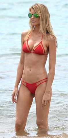 Paige Butcher flaunts her washboard abs  Paige Butcher has a model physique and she flaunted her washboard abs on the beach. Eddie Murphy and his family are enjoying their annual holiday to Maui, Hawaii. But it was the lovely ladies in his life who stole the show on the beach on Wednesday, while the popular comedian gave the sea a miss. The 53-year-old joker was nowhere to be seen as his girlfriend Paige Butcher. Check out at:http://womenfitness.net/news/other/paigeButcher_abs.htm
