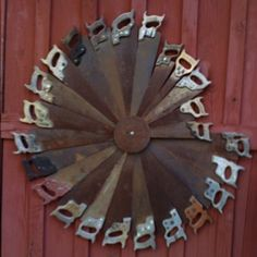 Collection of old saws into circle for rustic decoration on outdoor house, storage building, barn; salvaged repurposed old tool garden yard art Yard Art, Creation Art, Junk Art, Old Tools, Arte Pop, Old Barns, Barn Quilts, Metal Art, Rustic Decor