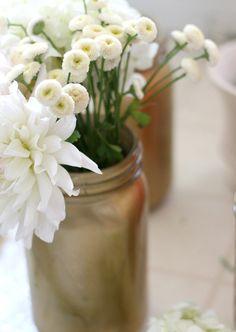 アレンジメント花器として瓶をカラーリングして使用。オアシスを使用することで、花束のイメージで贈れて崩れないプレゼントに。