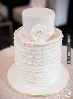 White wedding cake with gold edges. | CHECK OUT MORE IDEAS AT WEDDINGPINS.NET | #weddings #weddingcakes #cakes #events #forweddings #ilovecake #romance #baking