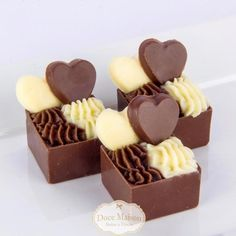 A imagem pode conter: sobremesa e comida Chocolate Cube, Chocolate Bomb, Artisan Chocolate, Chocolate Gifts, Chocolate Truffles, Small Desserts, Mini Desserts, Delicious Desserts, Dessert Recipes
