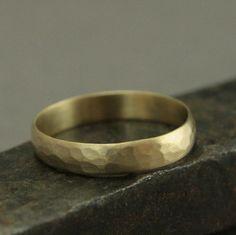 Material: 14 K Gold (Ihrer Wahl von gelb, weiß oder Rose) --> Maße: 4 mm breit und 1 mm dick Rustikal und doch stilvoll, ist diese gehämmerte und gebürstete Band zu bitte sicher. Jeder ist handgefertigt aus abgerundeten gold Lager in unserem Studio mit traditionellen Schmuck