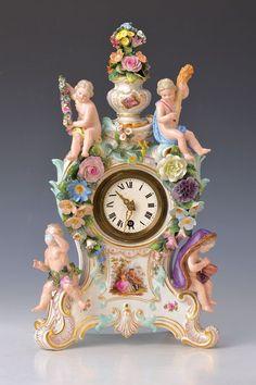 Grosse Tischuhr, Meissen, um 1880, Allegorie auf die vier Jahreszeiten, Korpus flankiert von vier K