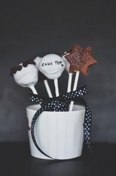 Leia mais em | read more at: http://eatmypops.com/post/40447618761/cake-pops-de-bolo-de-chocolate-com-cobertura-de