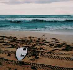 Surfing holidays is a surfing vlog with instructional surf videos, fails and big waves Summer Vibes, Beach Vibes, Surf Mar, Surfergirl Style, Photography Beach, Beach Aesthetic, Foto Instagram, Surfs Up, Beach Bum