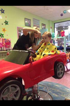 Cool for kids in the hair salon Barbershop Design, Barbershop Ideas, Kids Hair Salon, Saloon Decor, Kids Spa, Beauty Salon Design, Salon Furniture, Kids Zone, Salon Ideas