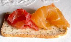 Salmón marinado, 2 versiones, al eneldo y con remolacha. http://ogarfelo.blogspot.com.es/2014/01/salmon-marinado-2-recetas.html#more