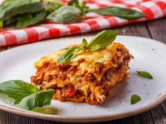 Garfield's Lasagna Recipe With Minced Meat And Italian Spices combines eggplant/mushroom with pasta sauce and herbs to smell completely divine. Top Italian Restaurants, Margherita Recipe, Traditional Lasagna, Italian Spices, Frittata Recipes, Italian Recipes, Crockpot, Easy Meals, Tomatoes