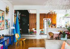 02-decoracao-sala-estar-integrada-cozinha-colorida-lousa